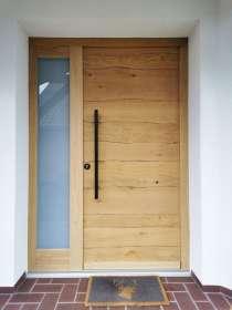Holz-Eingangstür mit rustikaler Oberfläche