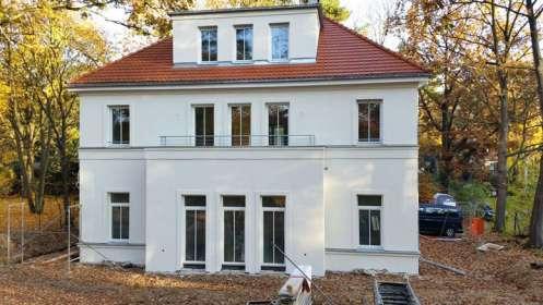 Villa mit Holzfenstern
